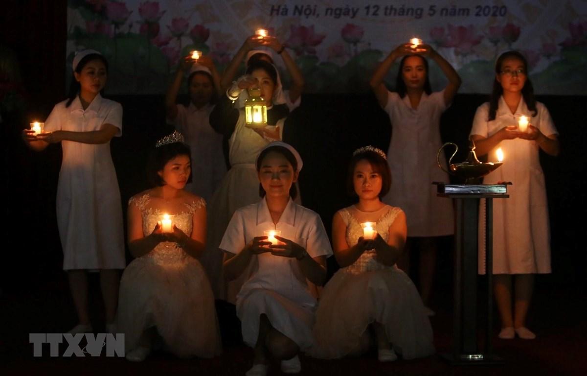 Nghi thức rước đèn để tưởng nhớ công lao của bà Florence Nightingale trong công tác điều dưỡng và vệ sinh bệnh viện. (Ảnh: Minh Quyết/TTXVN)
