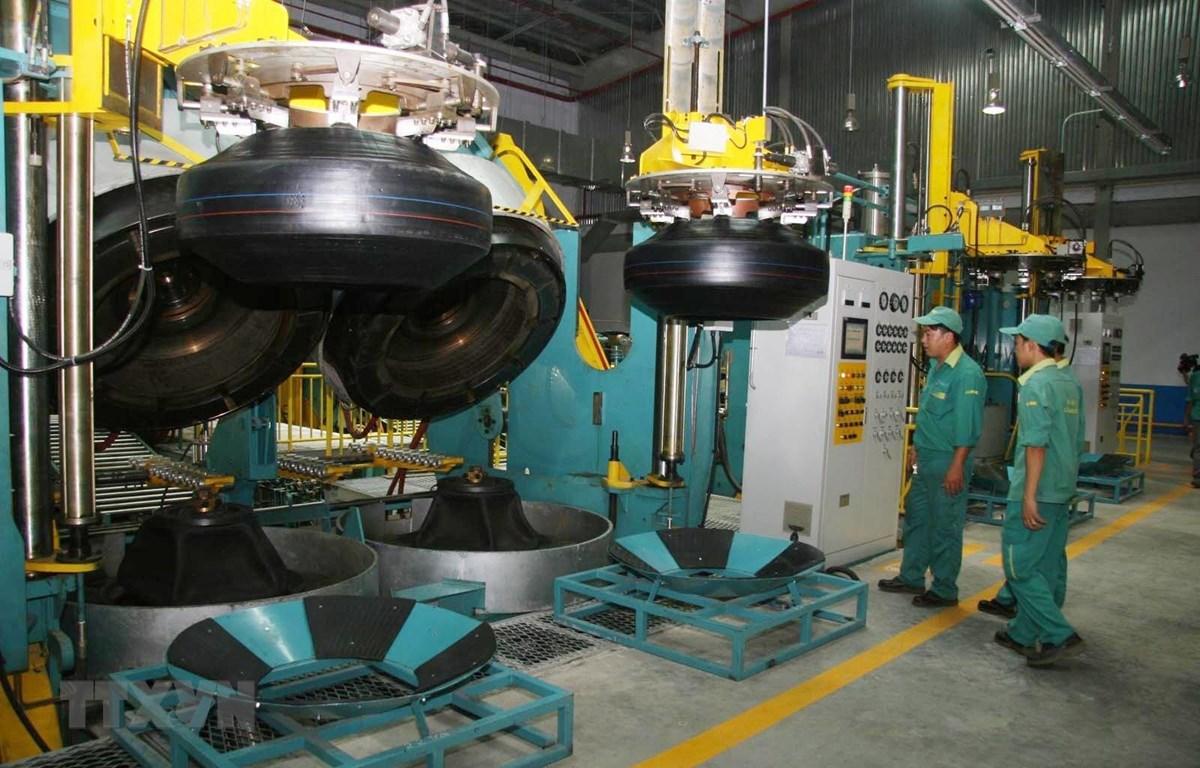 Hoạt động sản xuất tại nhà máy sản xuất lốp xe tải Radial công suất 600.000 lốp/năm của Công ty cổ phần Cao su Đà Nẵng, tại Khu công nghiệp Liên Chiểu (Đà Nẵng). Ảnh: Văn Sơn - TTXVN