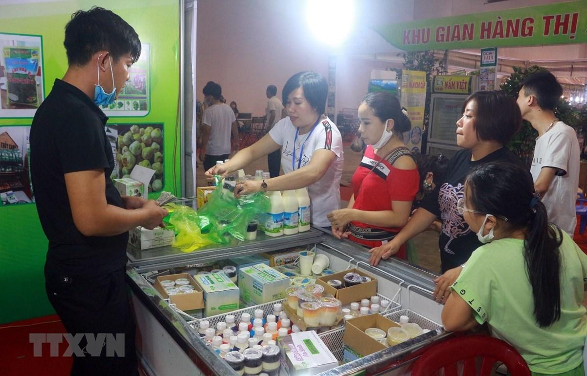 Người dân tham quan và mua sắm tại hội chợ. (Ảnh: Đức Hiếu/TTXVN)