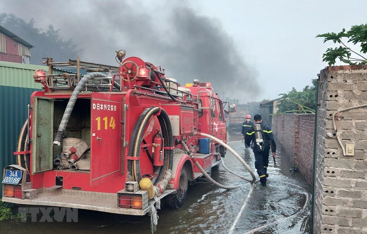 Lực lượng cảnh sát Phòng cháy, chữa cháy và cứu nạn, cứu hộ, Công an tỉnh Hải Dương triển khai lực lượng chữa cháy. (Ảnh: TTXVN phát)
