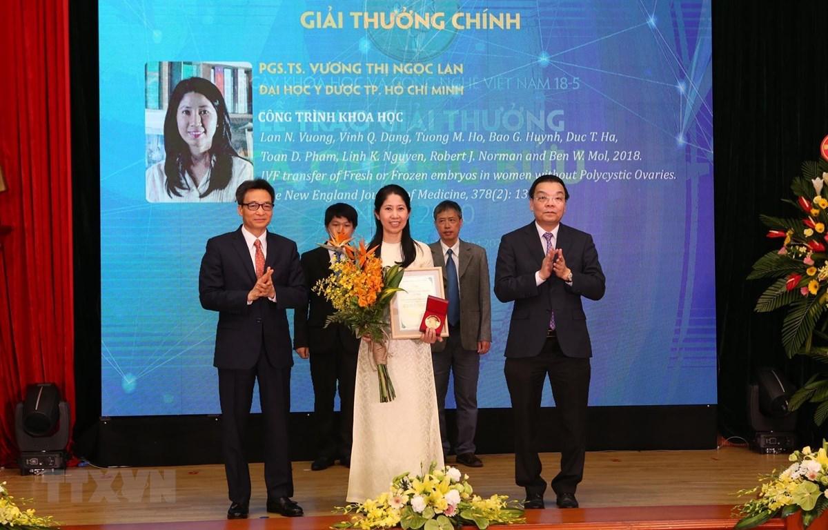 Phó Giáo sư,Tiến sỹ Vương Thị Ngọc Lan nhận Giải thưởng Tạ Quang Bửu. (Ảnh: Anh Tuấn/TTXVN)