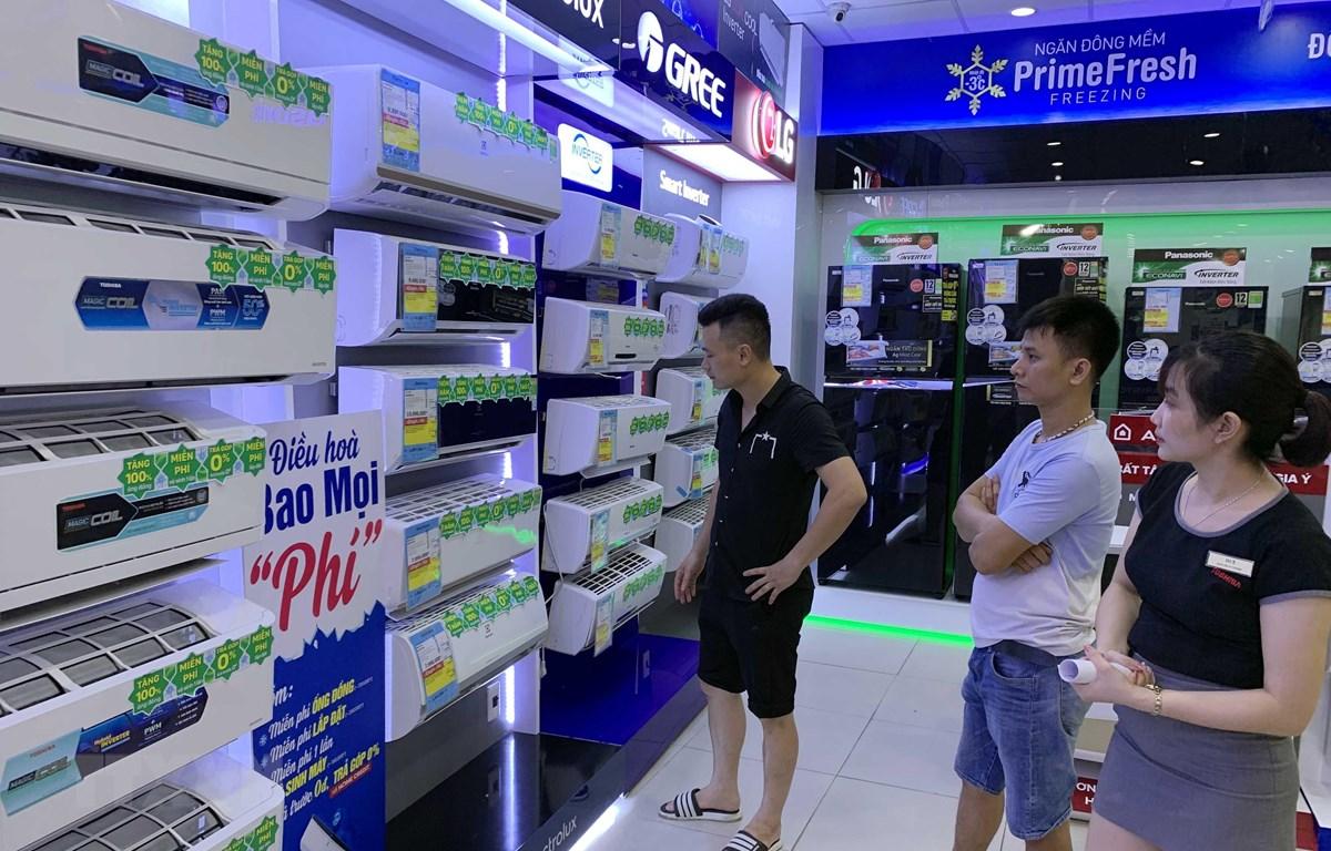Khách hàng tham quan và mua hàng điều hòa nhiệt độ tại hệ thống siêu thị điện máy Nguyễn Kim (thành phố Hưng Yên). (Ảnh: Phạm Kiên/TTXVN)