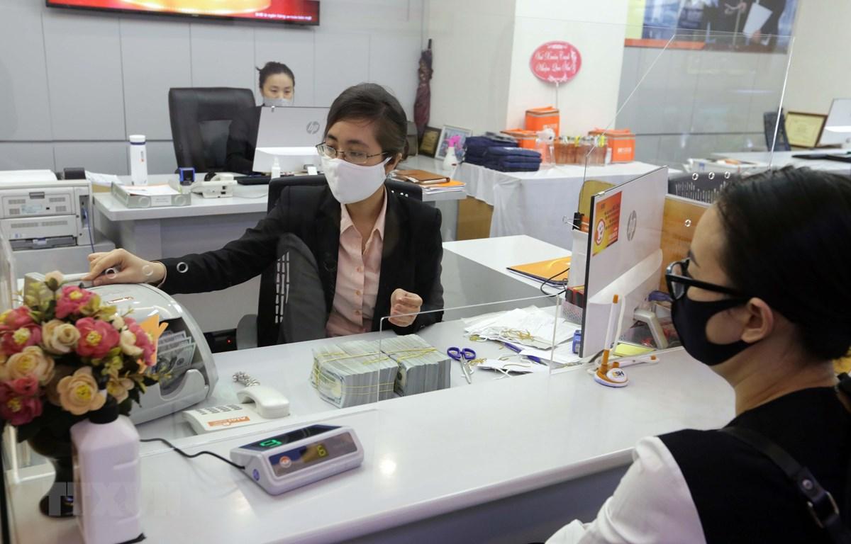 Khách hàng giao dịch tại Hội sở SHB, số 77 Trần Hưng Đạo, Hà Nội. (Ảnh minh họa: Trần Việt/TTXVN)