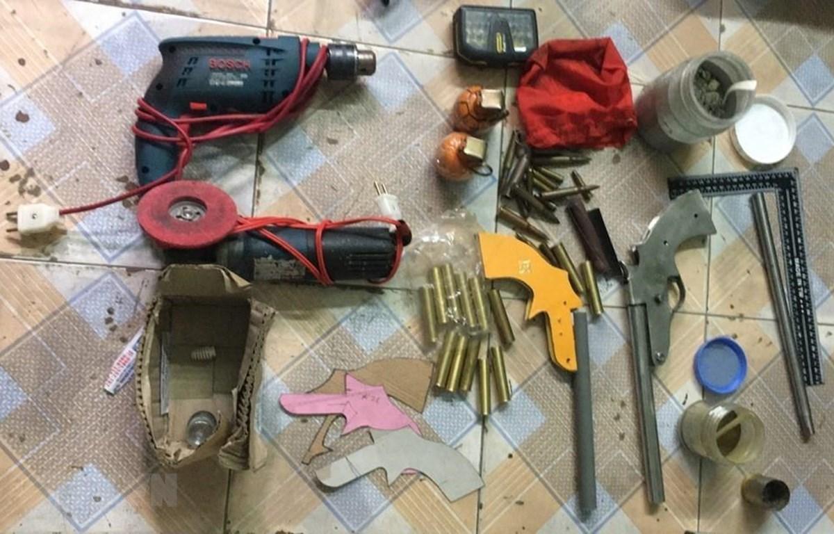 """Các vũ khí """"nóng"""" do Nguyễn Khắc Mạnh tự chế. (Ảnh: TTXVN/phát)"""