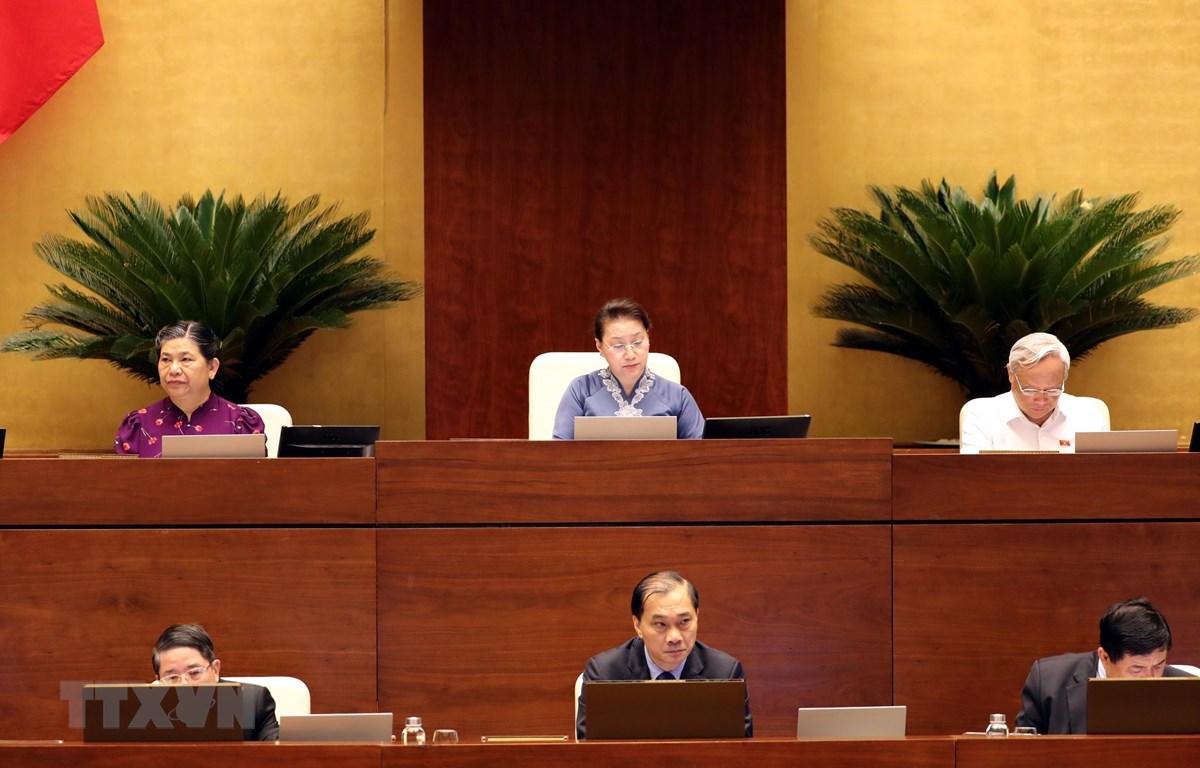 Chủ tịch Quốc hội Nguyễn Thị Kim Ngân và các Phó Chủ tịch Quốc hội điều hành phiên họp. (Ảnh: Trọng Đức/TTXVN)