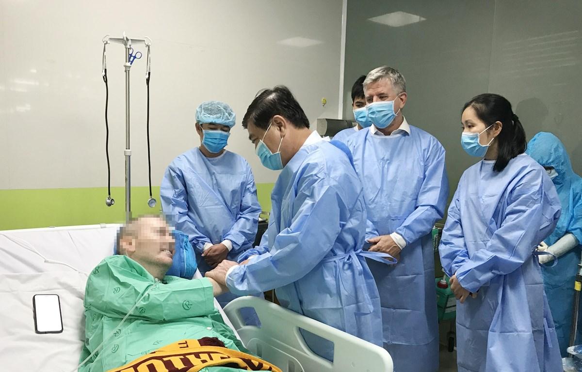 Chủ tịch UBND Thành phố Hồ Chí Minh Nguyễn Thành Phong nói chuyện, bắt tay với bệnh nhân 91. (Ảnh: TTXVN phát)