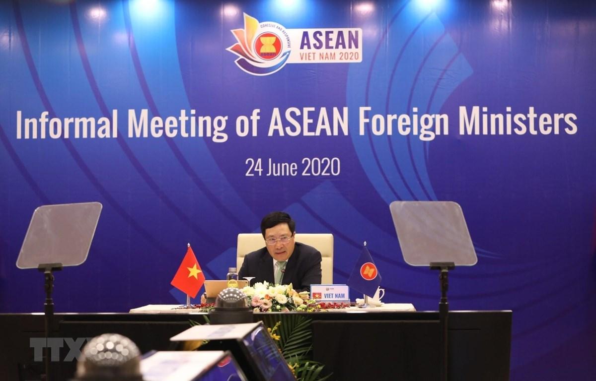 Phó Thủ tướng, Bộ trưởng Bộ Ngoại giao Phạm Bình Minh chủ trì Hội nghị không chính thức Bộ trưởng Ngoại giao ASEAN. (Ảnh: Văn Điệp/TTXVN)