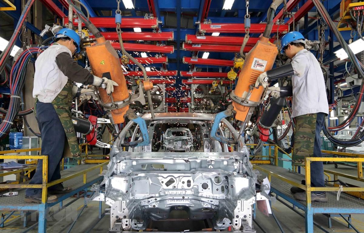 Sản xuất ôtô tại nhà máy của Công ty Ford Việt Nam (liên doanh giữa Tập đoàn ôtô Ford của Hoa Kỳ và Công ty Diesel Sông Công). (Ảnh: Trần Việt/TTXVN)
