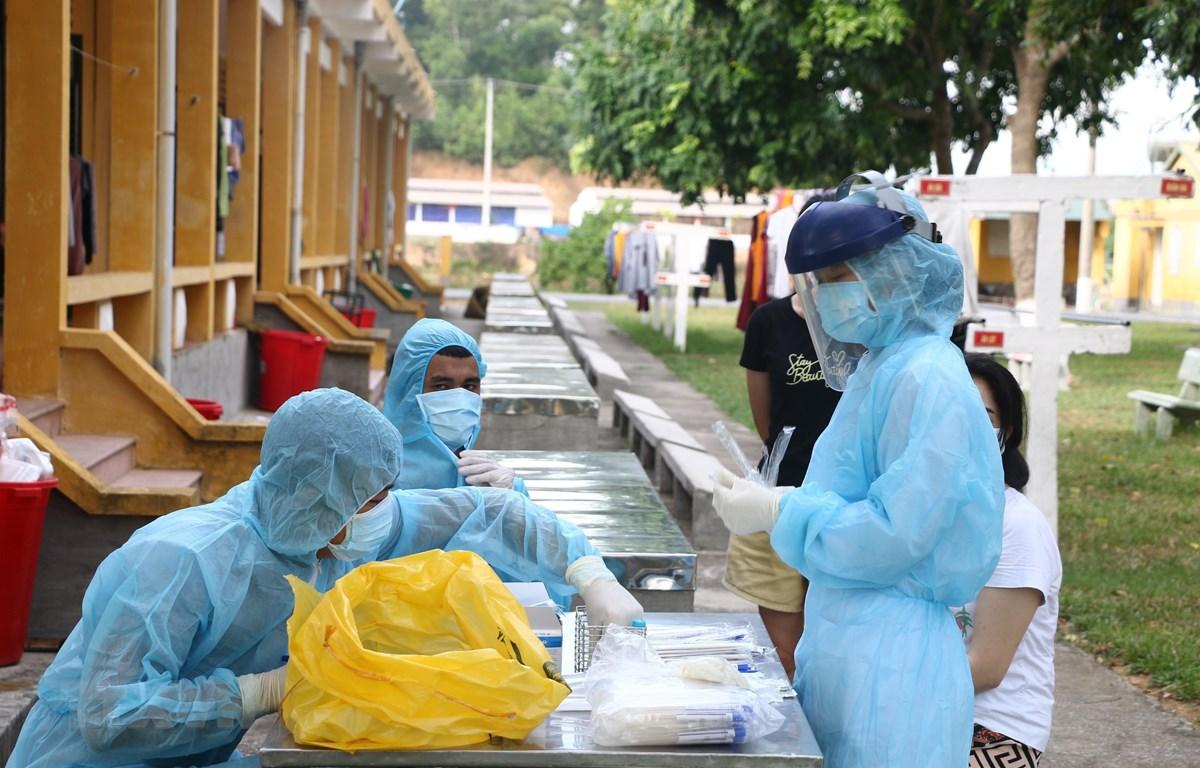Lấy mẫu xét nghiệm SARS-CoV-2. (Ảnh: Hoa Mai/TTXVN)
