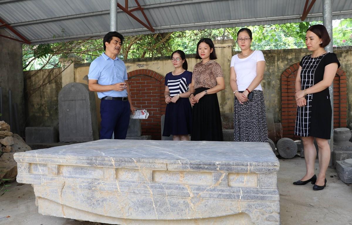 Sập đá hiện đang được bảo quản, nghiên cứu tại Bảo tàng tỉnh Ninh Bình. (Ảnh: Thùy Dung/TTXVN)