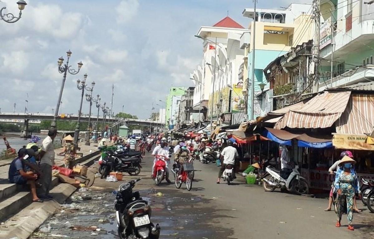 Người dân mua hàng hóa tại chợ phường 3, thành phố Bạc Liêu. (Ảnh: Huỳnh Sử/TTXVN)