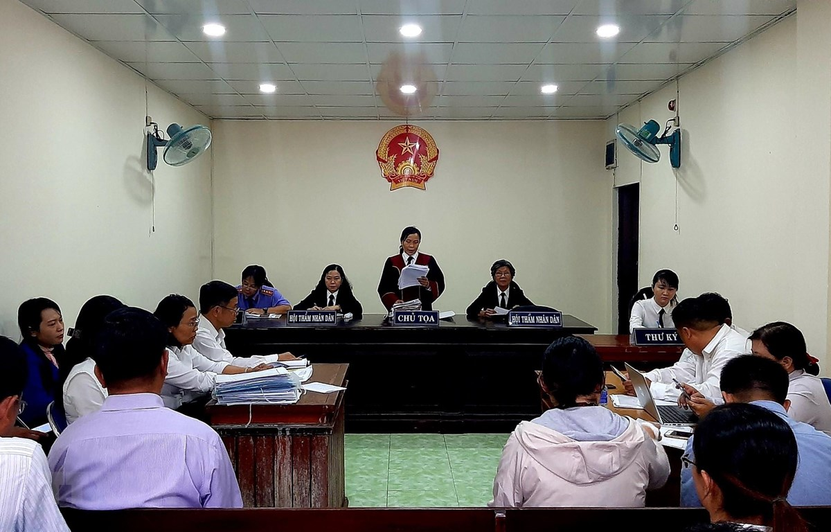 Hội đồng xét xử tuyên đọc bản án. (Ảnh: Thành Chung/TTXVN)