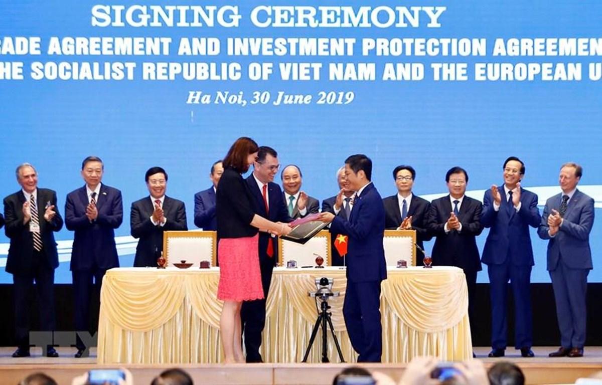 Thủ tướng Nguyễn Xuân Phúc chứng kiến Lễ ký Hiệp định Thương mại tự do (EVFTA). (Ảnh: Thống Nhất/TTXVN)