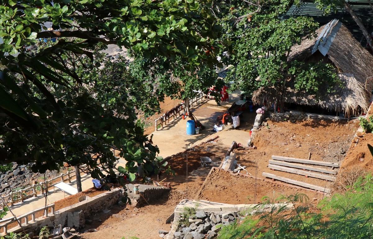 Người dân tự ý san ủi, đào bới, lấn chiếm diện tích đất rừng phòng hộ ven biển lẫn khu vực thắng cảnh Ba Tâng Gâng để xây dựng nhiều công trình trái phép. (Ảnh: Lê Ngọc Phước/TTXVN)
