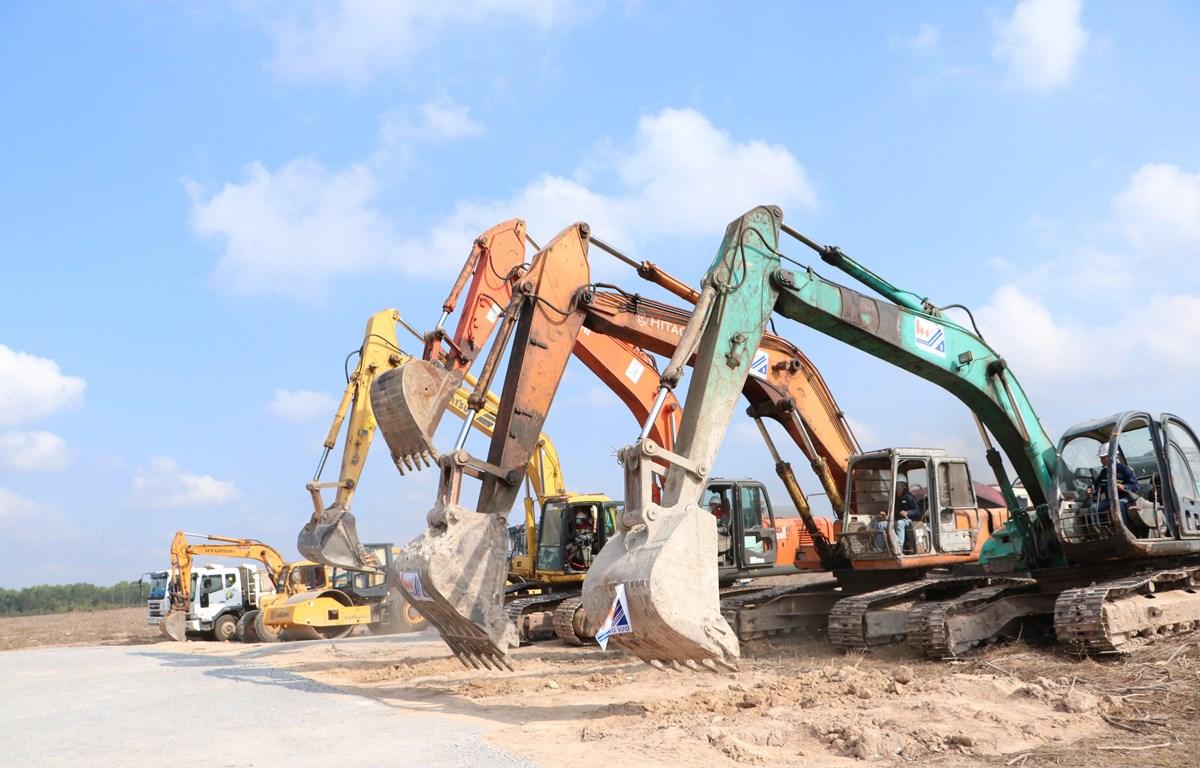 Thi công dự án Khu tái định cư Lộc An-Bình Sơn. (Ảnh: Công Phong/TTXVN)