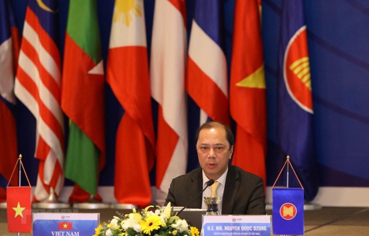 Thứ trưởng Bộ Ngoại giao Nguyễn Quốc Dũng chủ trì cuộc họp. (Ảnh: Văn Điệp/TTXVN)
