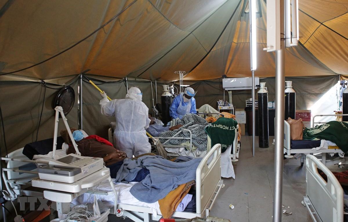 Nhân viên y tế chăm sóc bệnh nhân mắc COVID-19 tại một bệnh viện ở Pretoria, Nam Phi ngày 10/7/2020. (Ảnh: AFP/TTXVN)