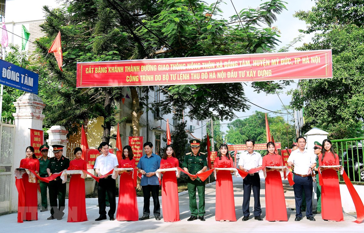 Cắt băng khánh thành đường giao thông nông thôn tại xã Đồng Tâm. (Ảnh: Nguyễn Cúc/TTXVN phát)