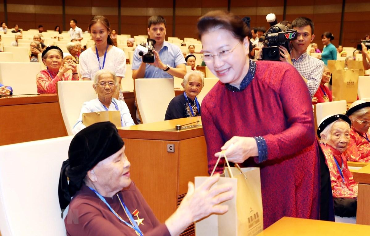 Chủ tịch Quốc hội Nguyễn Thị Kim Ngân tặng quà các Mẹ Việt Nam Anh hùng tại buổi gặp mặt. (Ảnh: Trọng Đức/TTXVN)