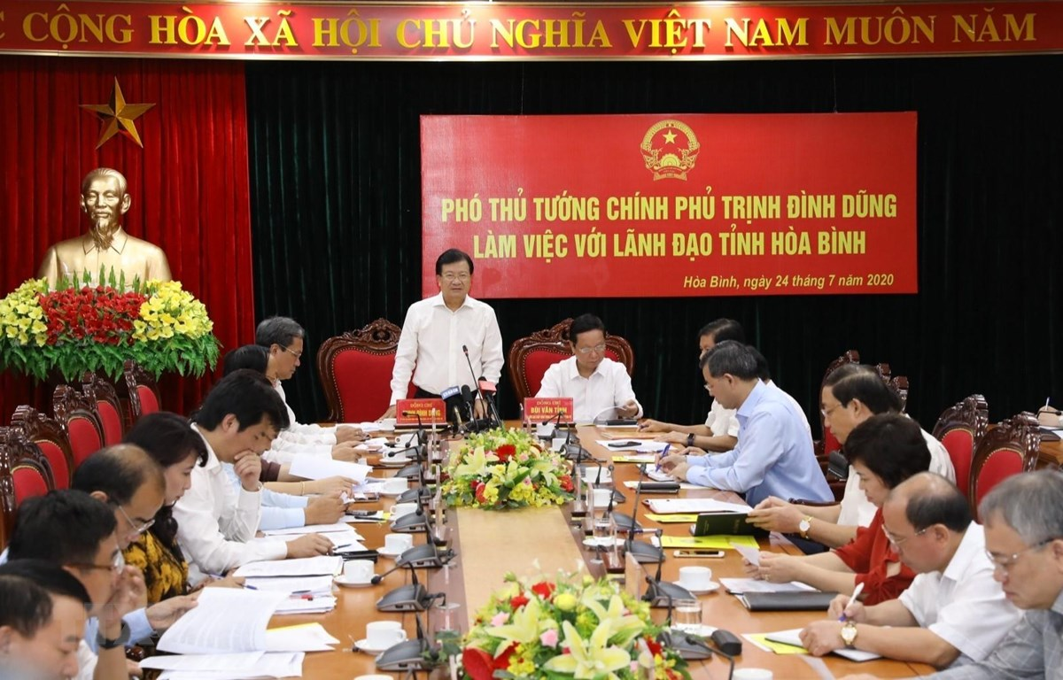 Phó Thủ tướng Trịnh Đình Dũng phát biểu tại buổi làm việc với lãnh đạo tỉnh Hòa Bình. (Ảnh: Văn Điệp/TTXVN)