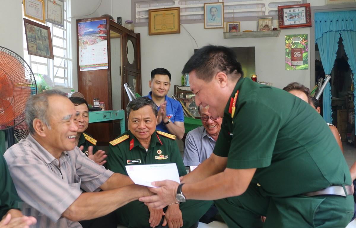 Chủ tịch Hội Cựu chiến binh Thông tấn xã Việt Nam Nguyễn Đỗ Cường (phải) thăm và tặng quà gia thương binh Trần Thanh Hoàng ở thị trấn Tịnh Biên, huyện Tịnh Biên, tỉnh An Giang. (Ảnh: Công Mạo/TTXVN)
