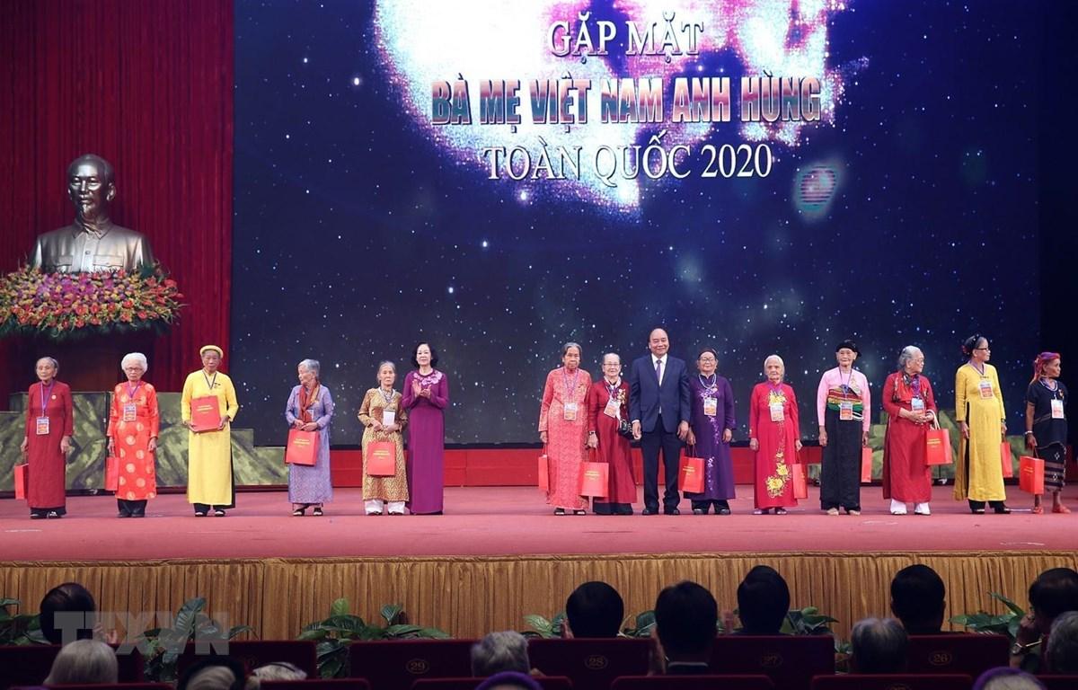 Thủ tướng Nguyễn Xuân Phúc tặng quà các Mẹ Việt Nam Anh hùng. (Ảnh: Dương Giang/TTXVN)