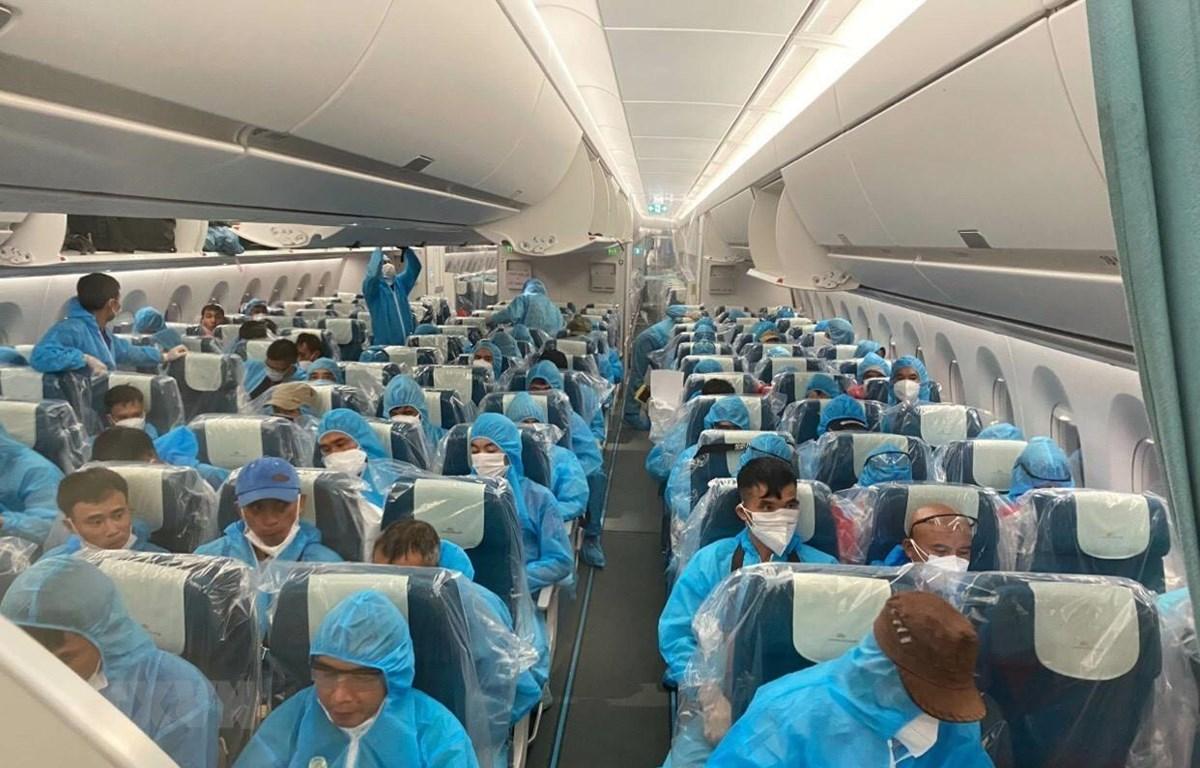 Các công dân trên chuyến bay của Hãng Hàng không Việt Nam mang số hiệu VN6. (Ảnh: TTXVN/phát)