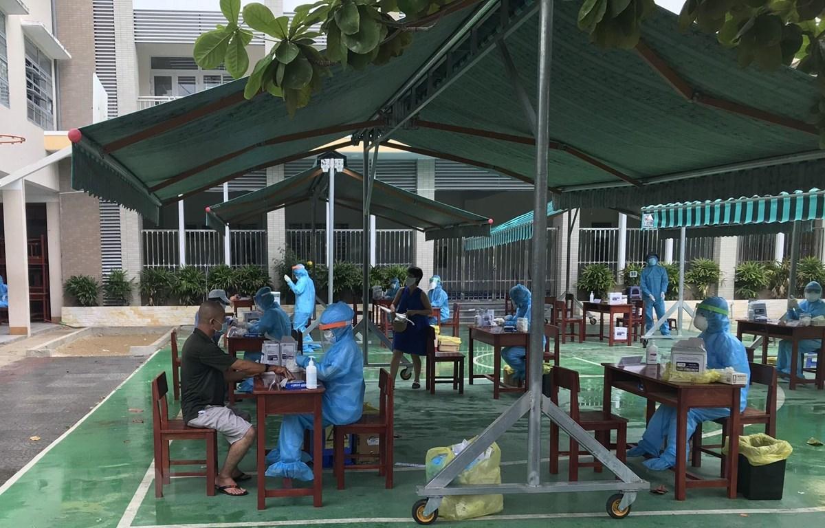 Từ 8 giờ sáng, người dân đã đến sân trường THCS Nguyễn Huệ (Đà Nẵng) để tiến hành xét nghiệm COVID-19. (Ảnh: TTXVN phát)