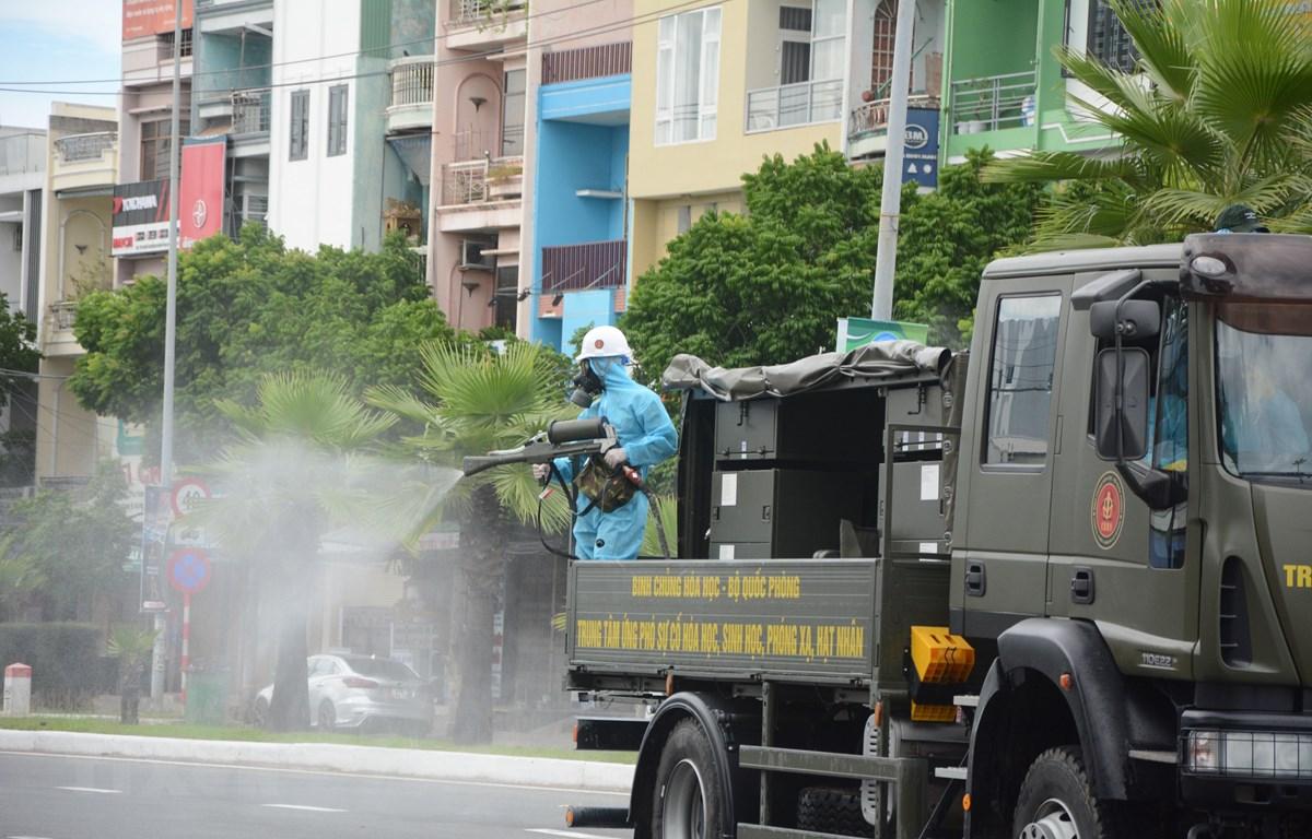 Xe chuyên dụng thực hiện phun hóa chất ở trên một số tuyến đường quận Sơn Trà. (Ảnh: Văn Dũng/TTXVN)