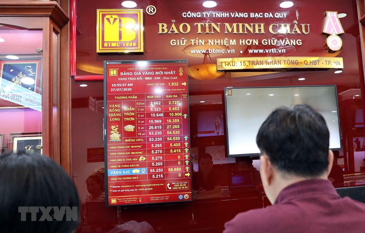 Bảng niêm yết giá vàng tại Công ty vàng bạc Bảo Tín Minh Châu, phố Trần Nhân Tông, Hà Nội, sáng 27/7. (Ảnh: Trần Việt/TTXVN)