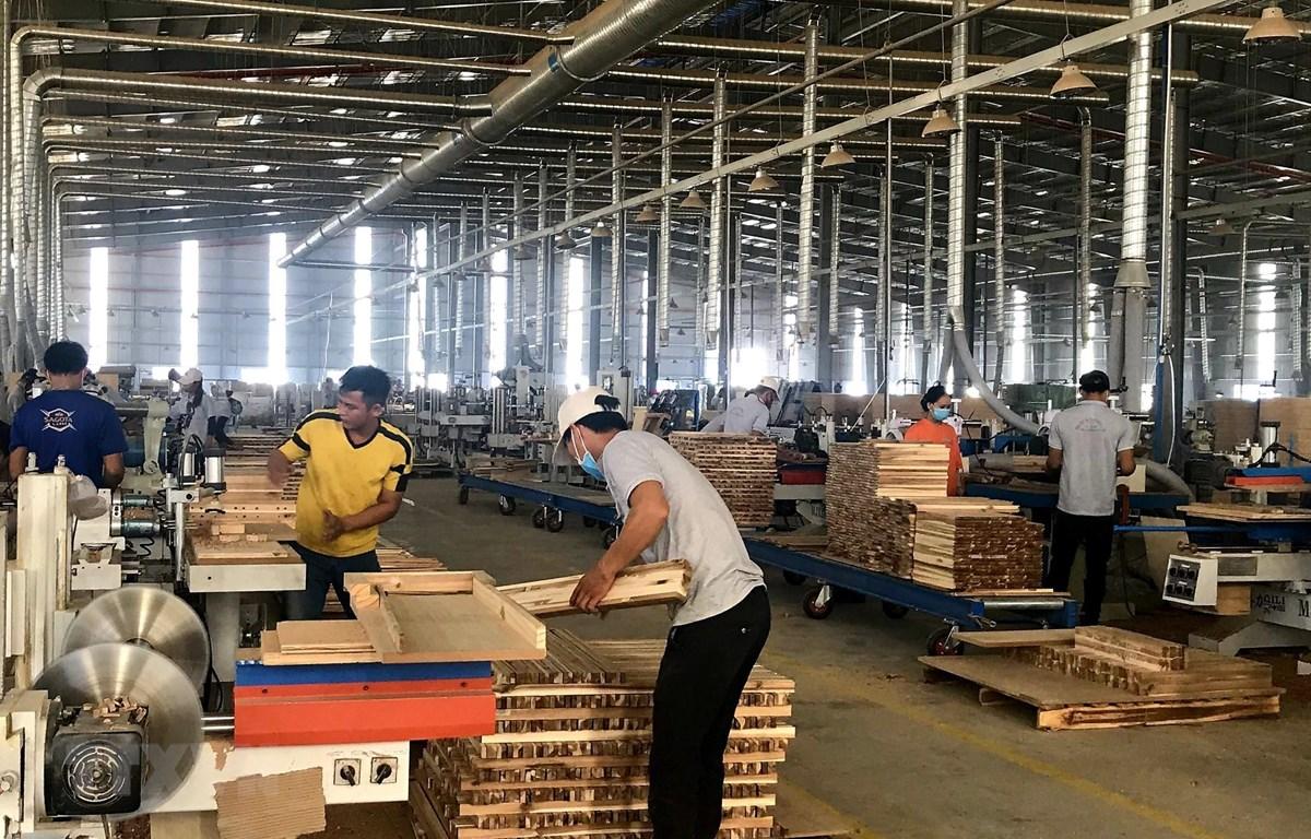 Sản xuất đồ gỗ tại Công ty TNHH MTV Triệu Phú Lộc, thị xã Tân Uyên. (Ảnh: Chí Tưởng/TTXVN)