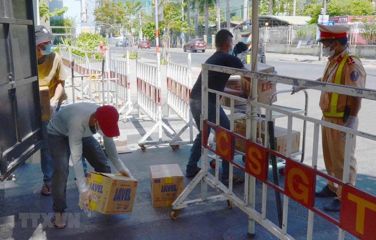 CSGT giám sát phương tiện chuyển hàng vào khu vực cách ly ở Đà Nẵng (28/7/2020). (Ảnh: Quốc Dũng/TTXVN)