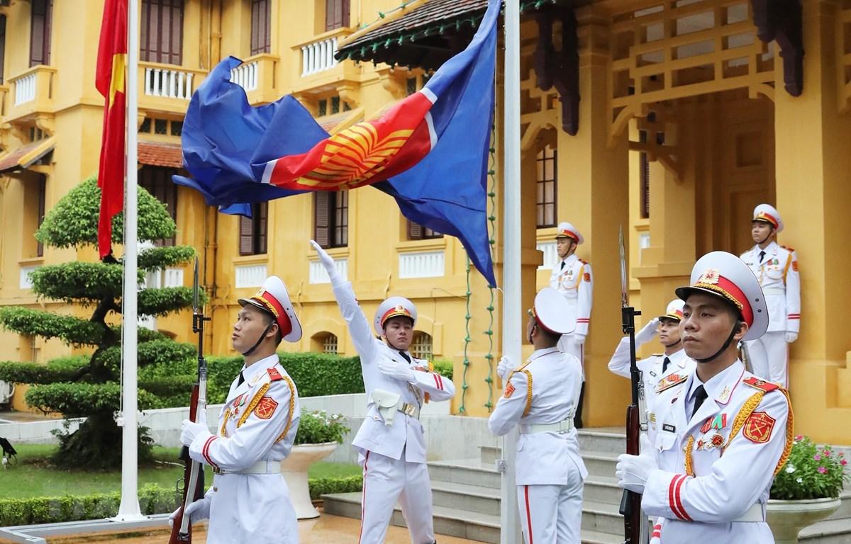 Lễ Thượng cờ kỷ niệm 53 năm Ngày thành lập ASEAN. (Ảnh: Lâm Khánh/TTXVN)