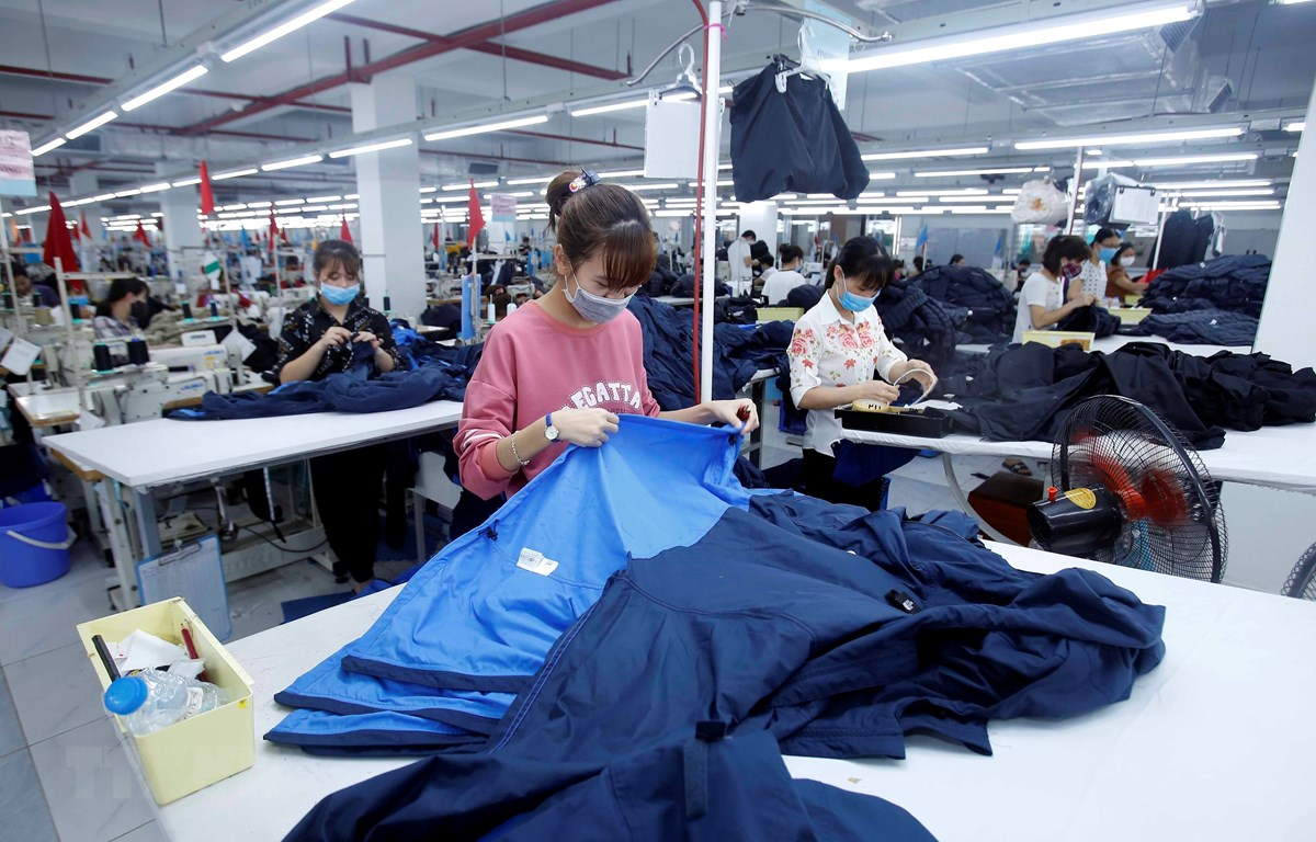 Sản xuất sản phẩm may mặc tại Công ty cổ phần may và dịch vụ Hưng Long (huyện Mỹ Hào, Hưng Yên). (Ảnh: TTXVN)