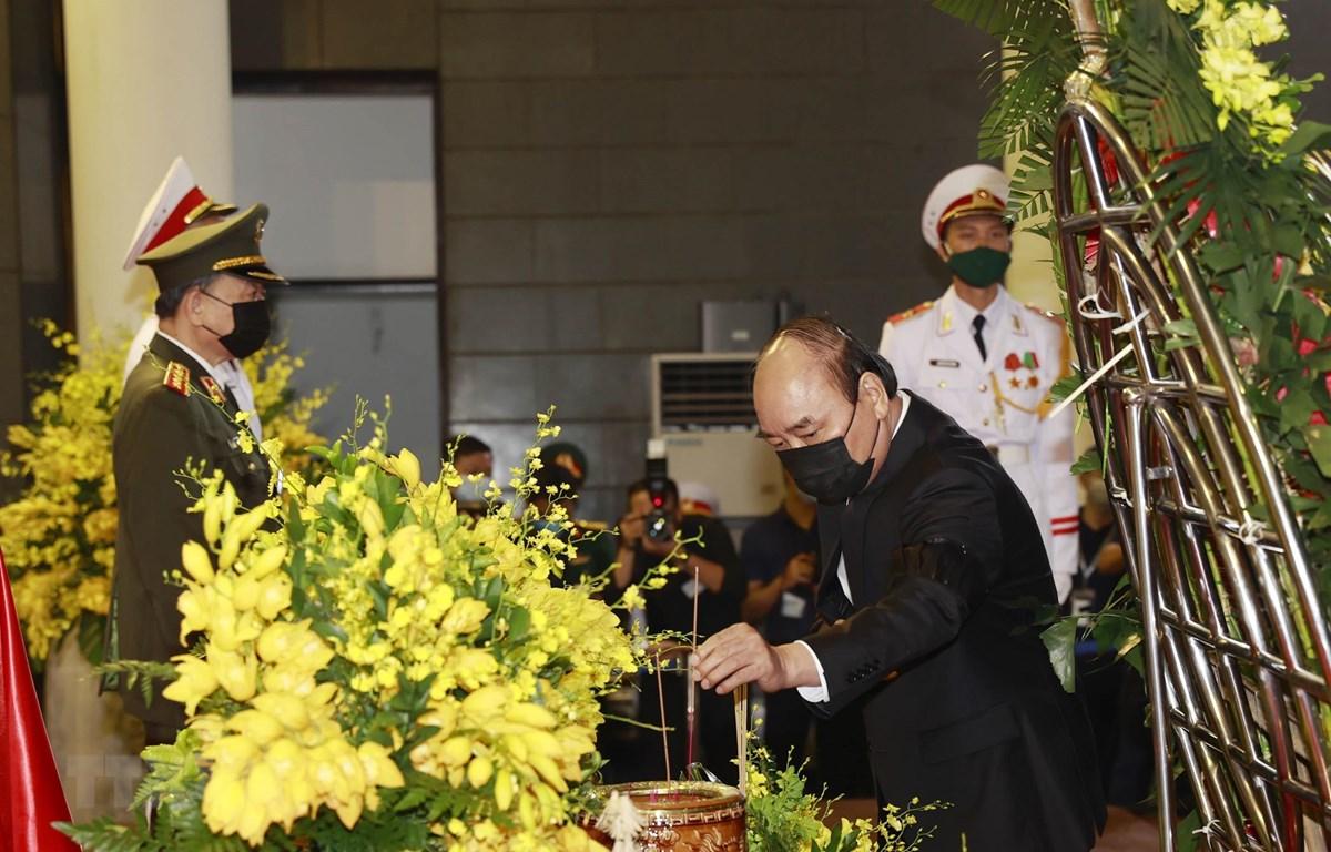 Đoàn đại biểu Chính phủ do Thủ tướng Nguyễn Xuân Phúc dẫn đầu viếng nguyên Tổng Bí thư Lê Khả Phiêu. (Ảnh: TTXVN)