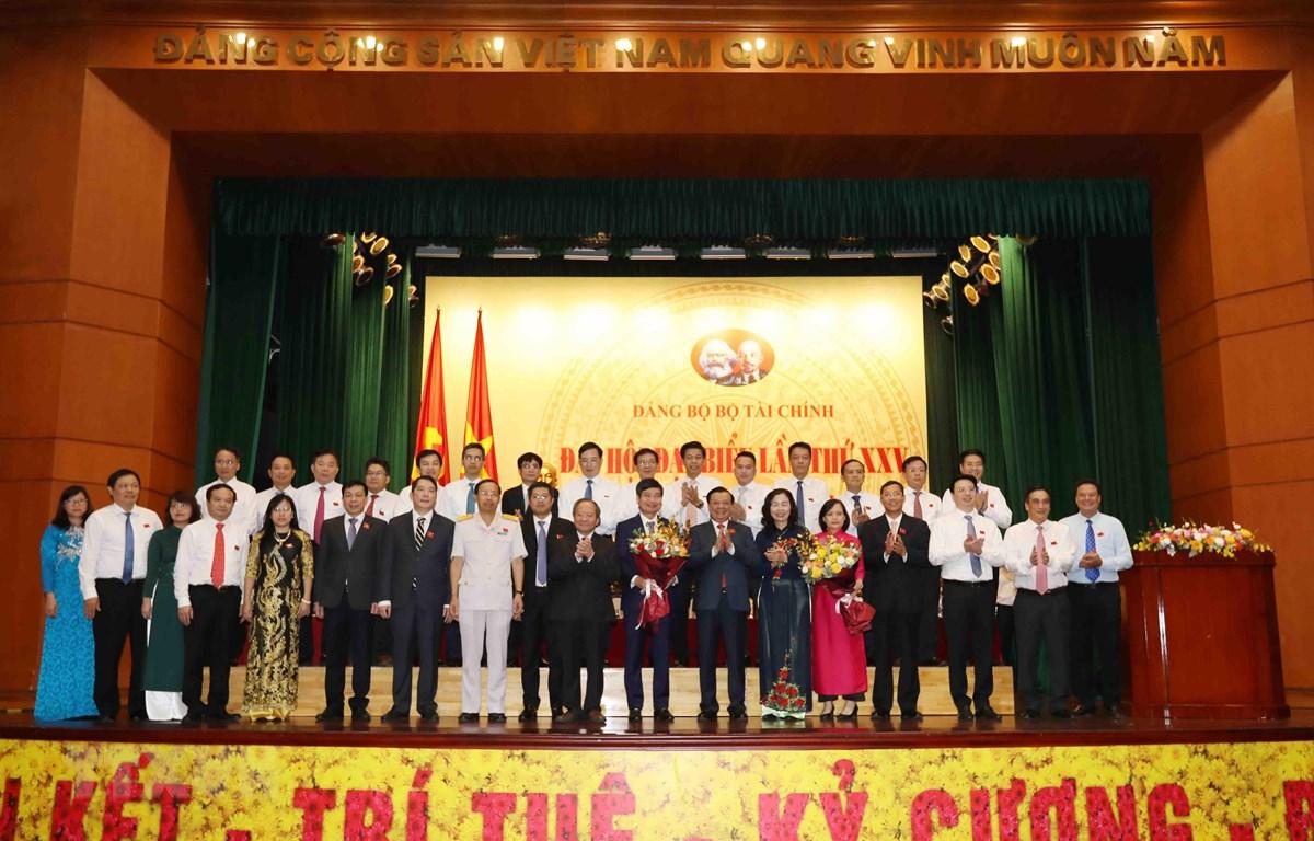 Ban Chấp hành Đảng bộ Bộ Tài chính khóa XXV, nhiệm kỳ 2020-2025 ra mắt Đại hội. (Ảnh: Phạm Hậu/TTXVN)