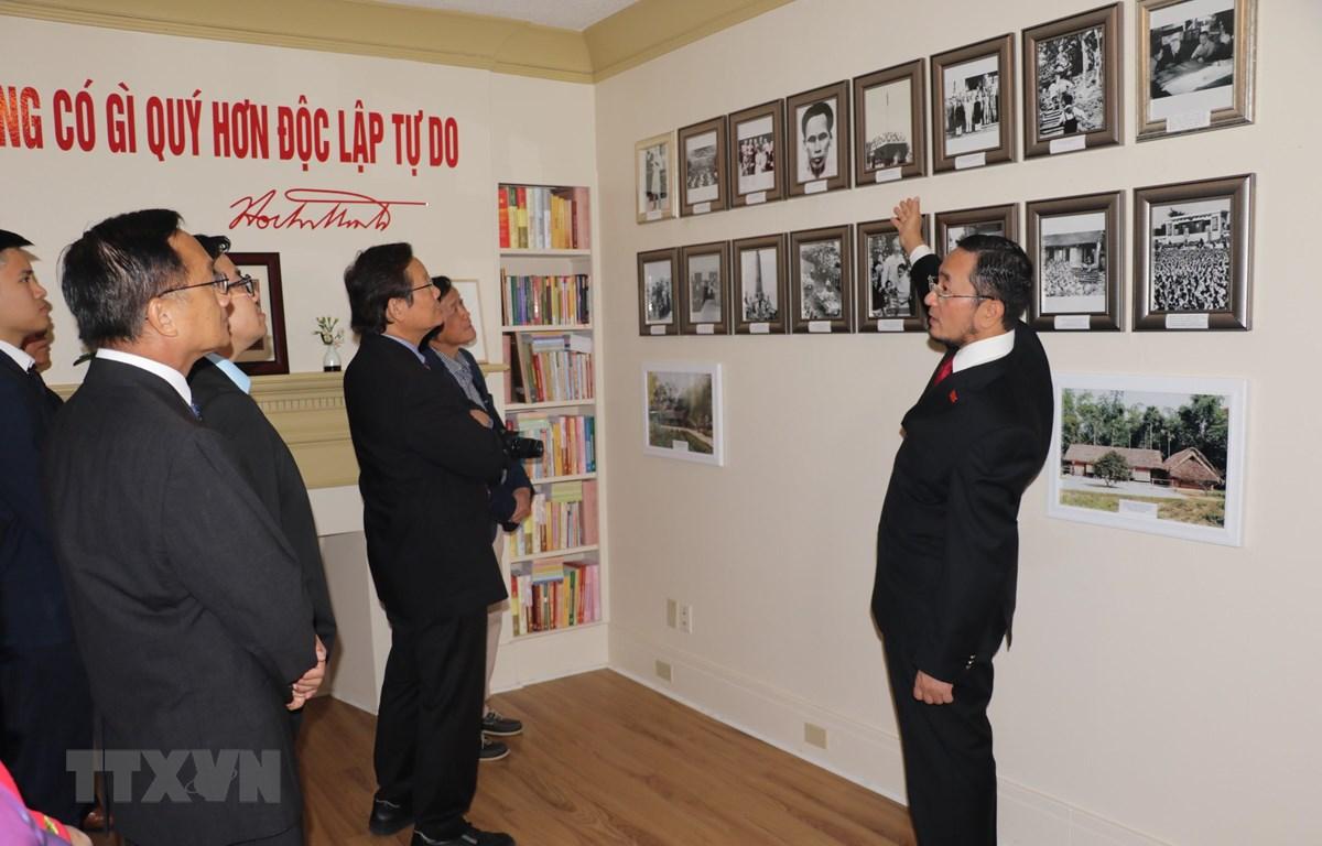 Đại sứ Phạm Cao Phong giới thiệu bà con người Việt tại Canada về cuộc đời, thân thế Chủ tịch Hồ Chí Minh qua những hình ảnh tại trưng bày. (Ảnh: Quang Thịnh/Canada)