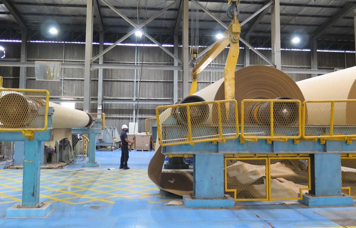 Công nhân điều khiển dây chuyền sản xuất giấy bao bì tại Công ty TNHH Giấy Vina Kraft trong Khu công nghiệp Mỹ Phước 3, thị xã Bến Cát, tỉnh Bình Dương. (Ảnh: Minh Hưng/TTXVN)