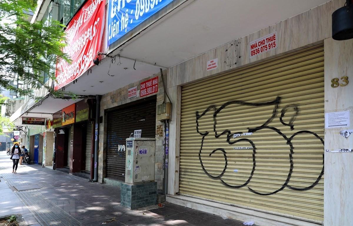 Nhiều cửa hàng trên đường Đồng Khởi có giá thuê mặt bằng khá đắt đỏ đã phải đóng cửa, treo biển cho thuê lại. (Ảnh: Ngọc Hà/TTXVN)