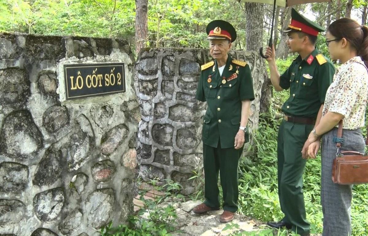 Đại tá, Anh hùng lực lượng vũ trang nhân dân La Văn Cầu thăm các lô cốt Pháp tại Khu Di tích Chiến thắng Đông Khê. (Ảnh: Thu Hằng/TTXVN)