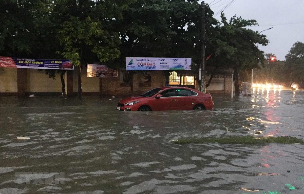 Nghệ An: Mưa lớn kéo dài, nhiều tuyến phố ngập sâu. (Ảnh: Nguyễn Oanh/TTXVN)