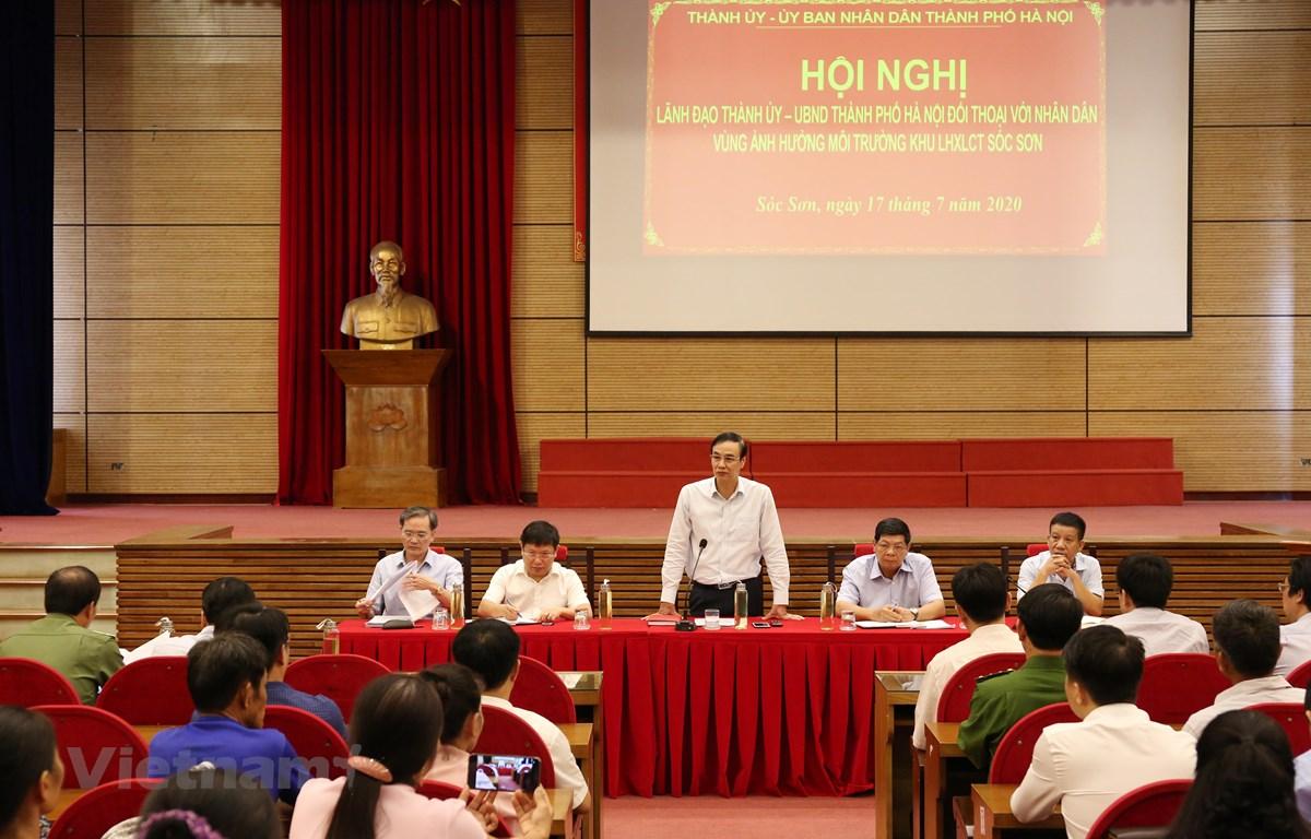 Lãnh đạo Thành ủy, UBND thành phố Hà Nội đối thoại với người dân bãi rác Nam Sơn (Sóc Sơn) về chính sách đền bù giải phóng mặt bằng (Ảnh Mạnh Khánh/Vietnam+)