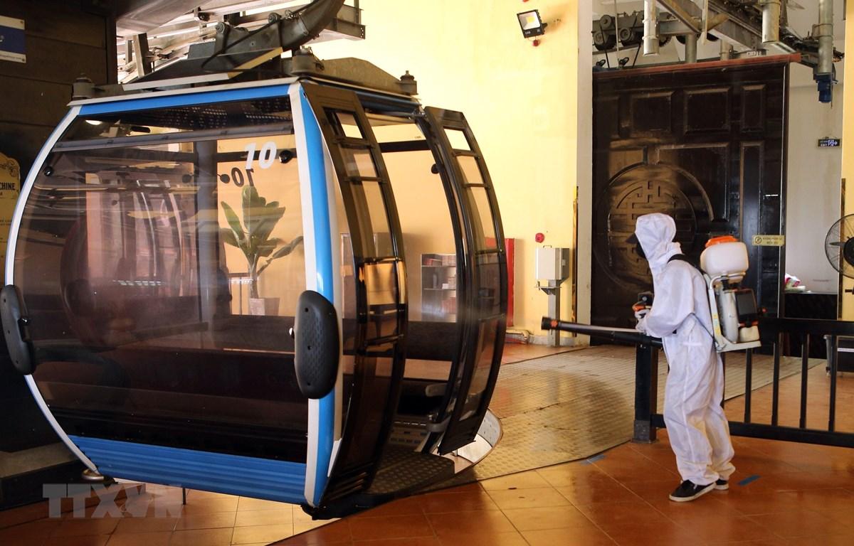 Phun khử khuẩn các cabin cáp treo đưa khách lên Khu du lịch Bà Nà Hills. (Ảnh: Trần Lê Lâm/TTXVN)