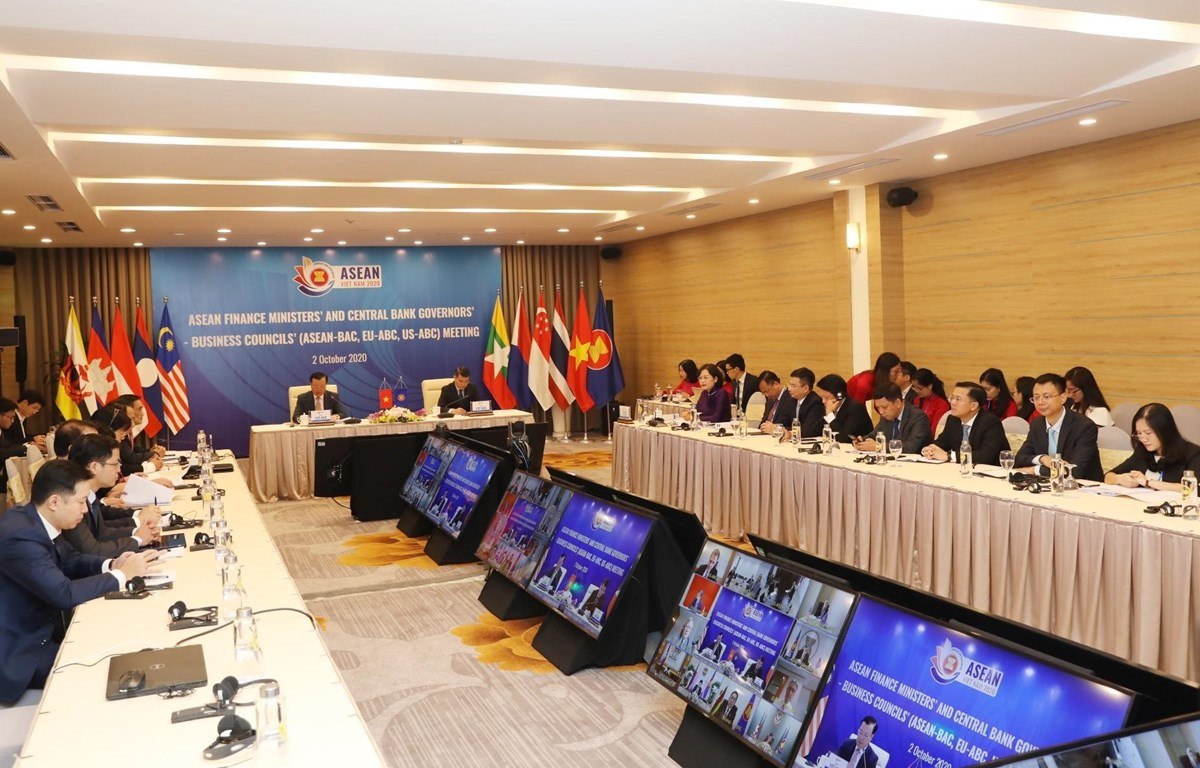 Bộ trưởng Tài chính Đinh Tiến Dũng và Thống đốc Ngân hàng Nhà nước Việt Nam Lê Minh Hưng đồng chủ trì phiên đối thoại tại điểm cầu Trung tâm Hội nghị quốc tế (Hà Nội). (Ảnh: Phạm Hậu/TTXVN)