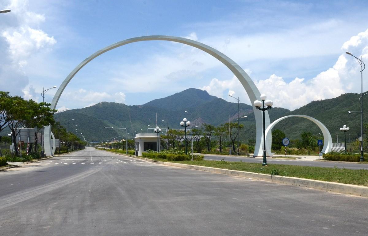 Đường vào Khu công nghệ cao thành phố Đà Nẵng, có diện tích 1.128,4 ha, đã được đầu tư đồng bộ hạ tầng kỹ thuật, sẵn sàng đáp ứng nhu cầu của những nhà đầu tư trên khắp thế giới. (Ảnh: Quốc Dũng/TTXVN)
