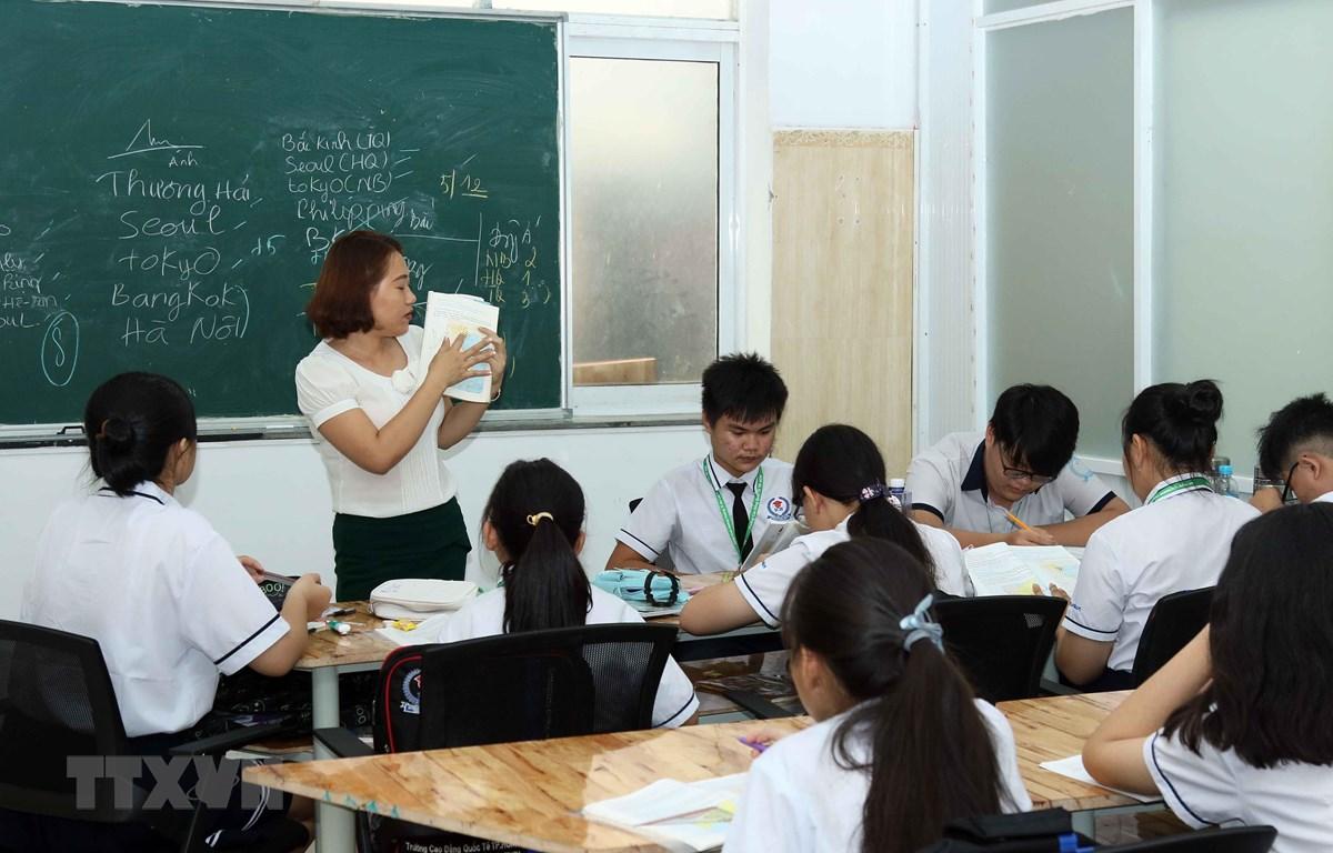 Học sinh hệ 9+ cao đẳng trường Cao đẳng quốc tế thành phố Hồ Chí Minh trong giờ học văn hóa. (Ảnh: Thu Hoài/TTXVN)