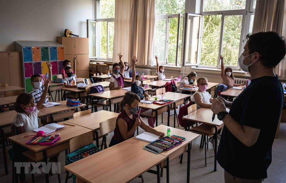 Giáo viên và học sinh đeo khẩu trang phòng lây nhiễm COVID-19 tại một trường học ở Belgrade, Serbia. (Ảnh: AFP/TTXVN)
