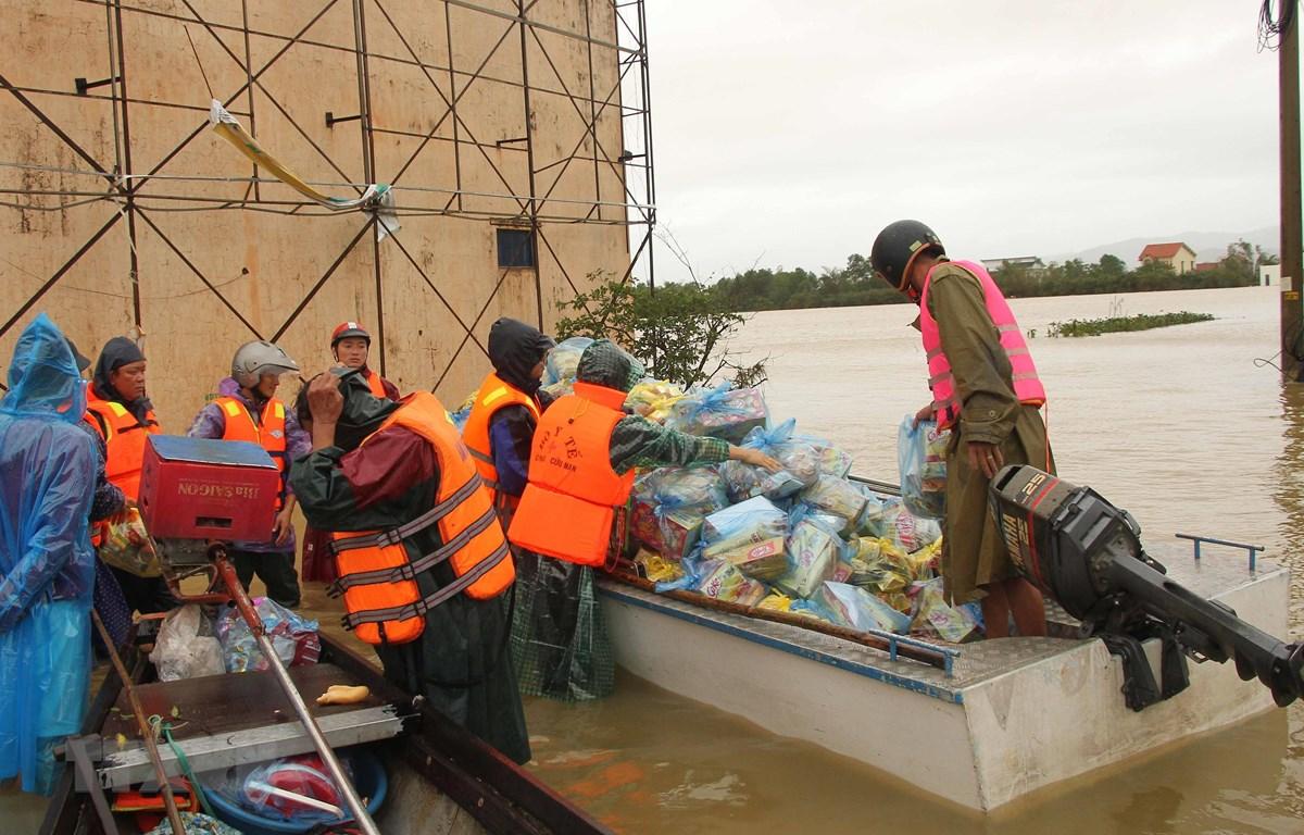 Nhiều tổ chức cá nhân đang nỗ lực đưa hàng cứu trợ đến với người dân vùng lũ huyện Quảng Ninh, tỉnh Quảng Bình. (Ảnh: Văn Tý/TTXVN)