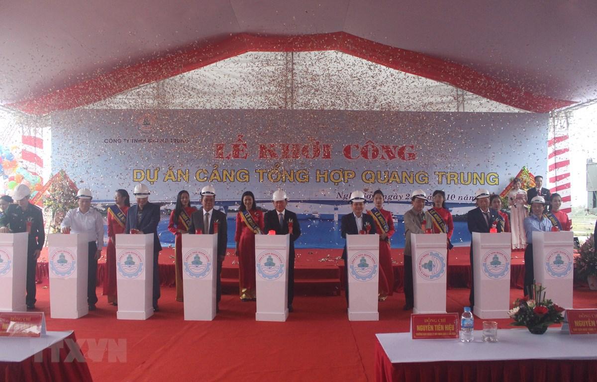 Các đại biểu thực hiện nghi thức khởi công dự án Cảng Tổng hợp Quang Trung. (Ảnh: Trịnh Duy Hưng/TTXVN)