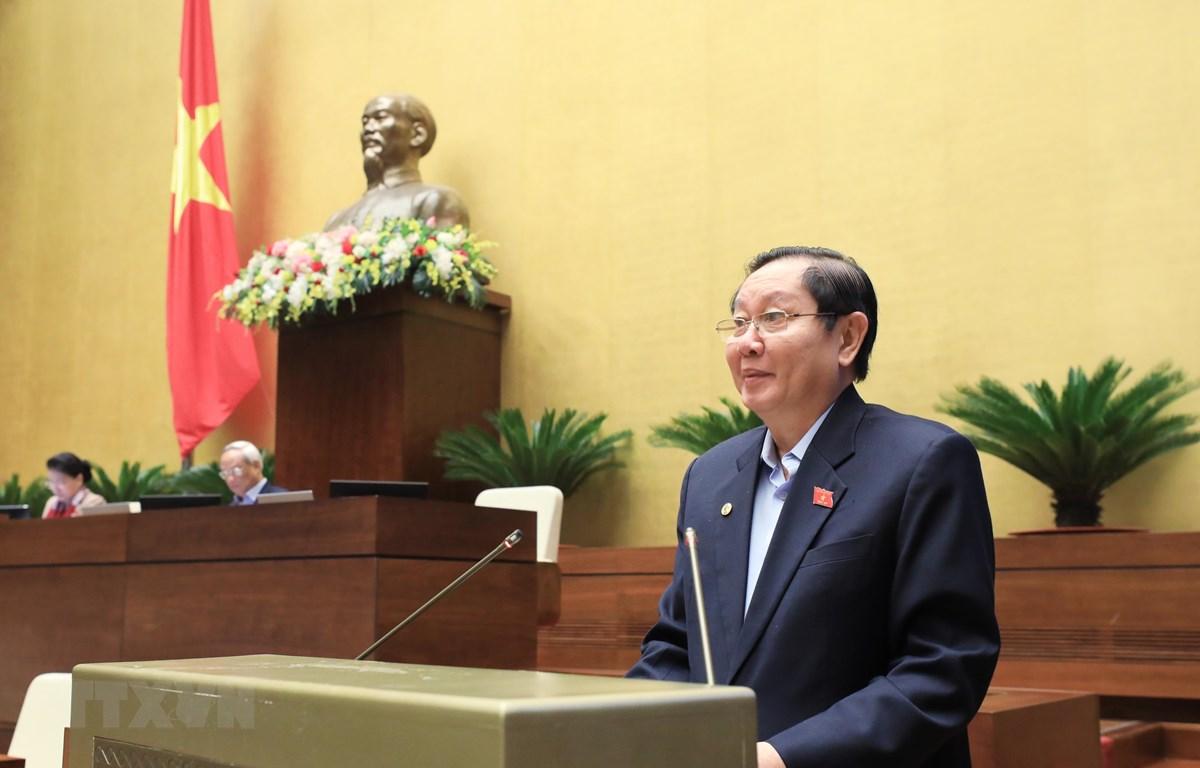 Bộ trưởng Bộ Nội vụ Lê Vĩnh Tân trình bày tóm tắt dự thảo Nghị quyết của Quốc hội về tổ chức chính quyền đô thị tại Thành phố Hồ Chí Minh. (Ảnh: Lâm Khánh/TTXVN)
